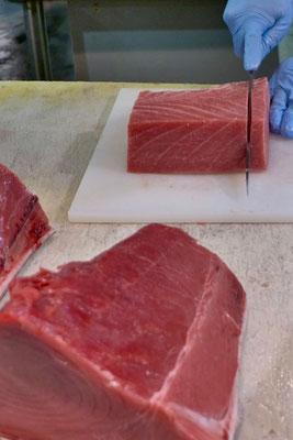 Sashimi vom frisch zerlegter Thunfisch -Tore-tore Seafood Market Shirahama