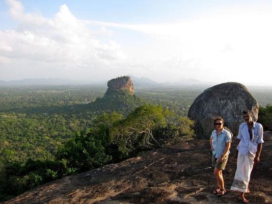 Mit Guide auf den Temple Rock Pidurangala bei Sigiriya, Sri Lanka