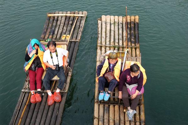 Ängstliche Chinesen vor der Brücken-Passage