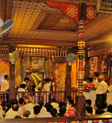 Puja im Zahntempel von Kandy Sri Lanka