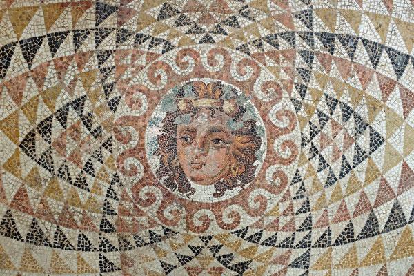 Bodenmosaik mit Dionysos-Kopf aus einer römischen Villa in Korinth, Peloponnes