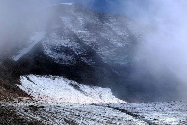 Über das abgesteckte Gletscherstück erreicht man die Hütte Tête Rousse