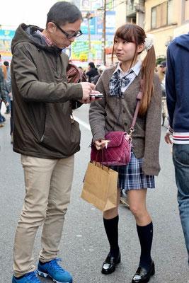 Die Maid Cafes werben um Kundschaft in Den Den Town Osaka