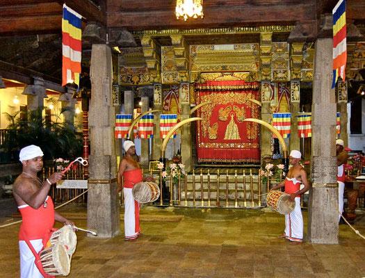 Zur Puja im Zahntempel von Kandy Sri Lanka