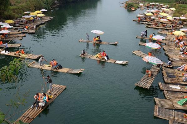 Das Flößer-Treiben am Yulong Fluss