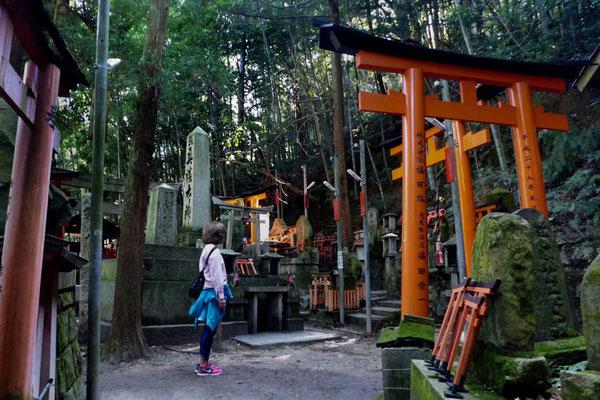 Kleine Schreine und Gräber am Fushimi Inari Weg abseits der Tore