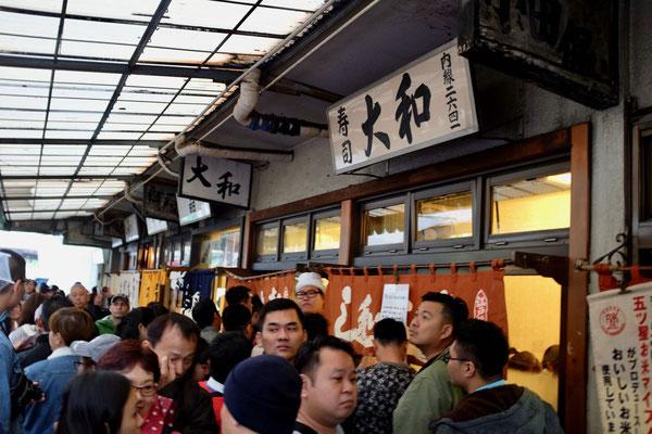 Warten auf Sushi, Daiwa Sushi Tokyo Tsukiji Fish Market Outer Market
