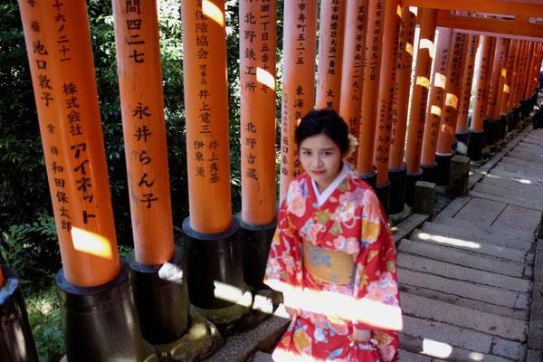 Weiter oben wird es leerer am Fushimi Inari Torii 'Schrein der 1000 Tore'
