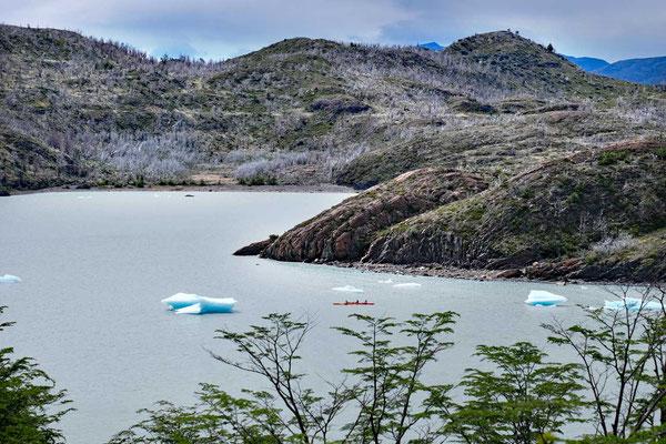 Kajakfahrer in der Lagune am Lago Grey