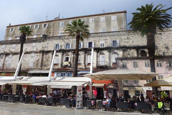 Splits alte Fassade leider hinter gigantischen Sonnenschirmen