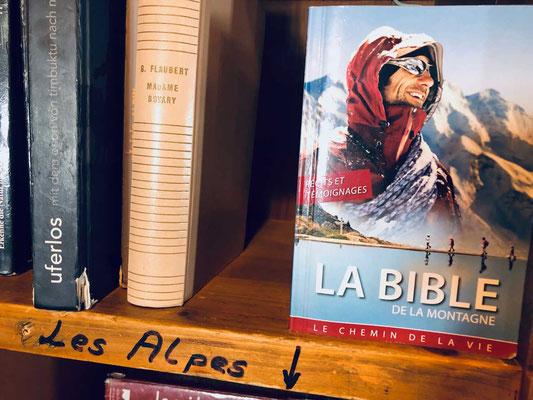 Wenn sonst nichts hilft, gibt's die Bibel in der Dix Hütte