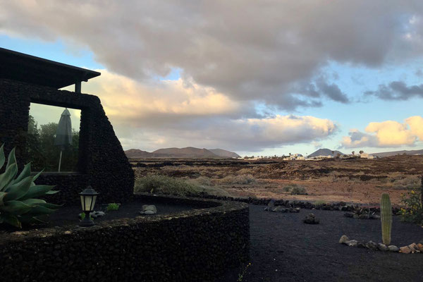 Abendlicht auf die Vulkanberge und Mala, Lotus del Mar Lanzarote