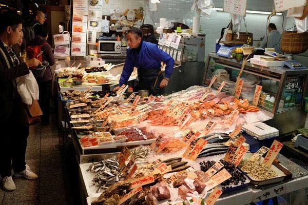 Jede Menge Fisch auf dem Nishiki Markt in Kyoto