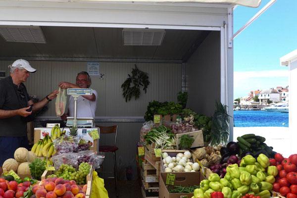 Einkäufe am Gemüse- und Fischstand