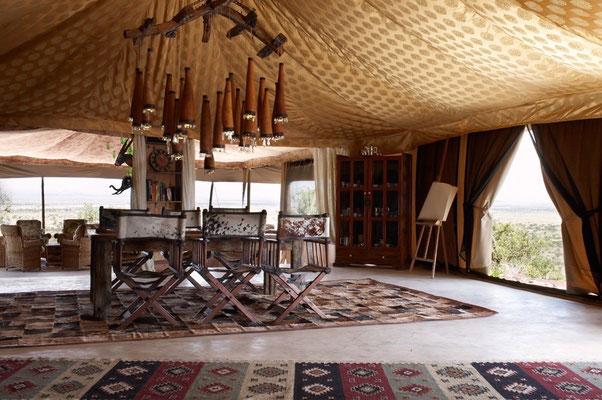 Gemütliches Wohn- und Esszimmer im Shu'mata camp