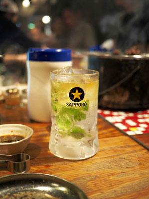 Japanischer Longdrink Chuhai, gespritzter Schnaps mit Zitrone und Eis
