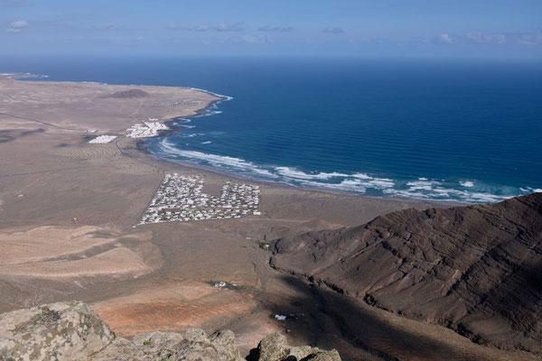 Famara Strand und Siedlung vom Plateau am Ermita de las Nieves