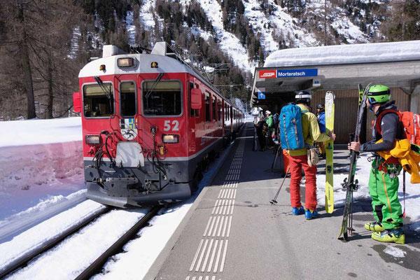 Skifahrer vom Bahnhof Morteratsch zur Diavolezza