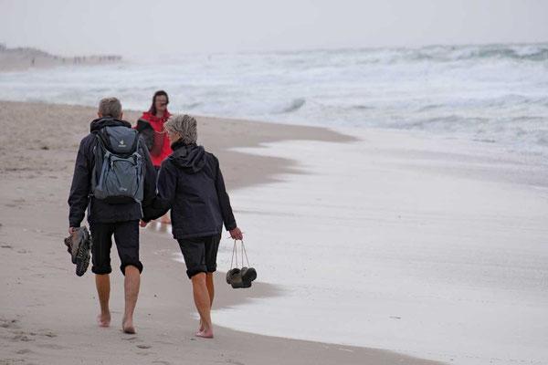 Strandspaziergänger an Sylts langem Weststrand