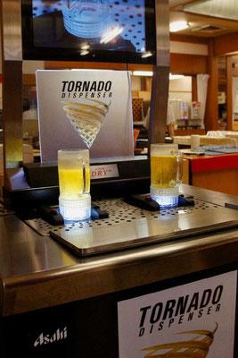 Der Tornado Dispender füllt das Bierglas durch den Boden