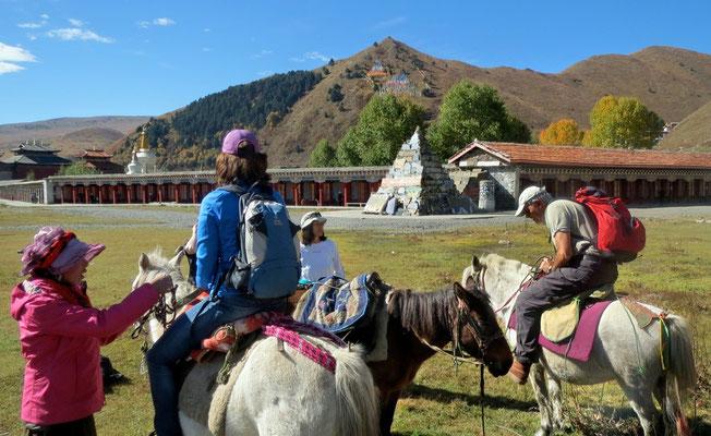 Aufbruch zum Pferde-Trek vor dem Tagong Kloster