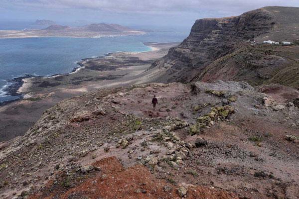 Beim Abstieg rücken Steilküste und Strand immer näher –  Famara Kliff-Wanderung Lanzarote