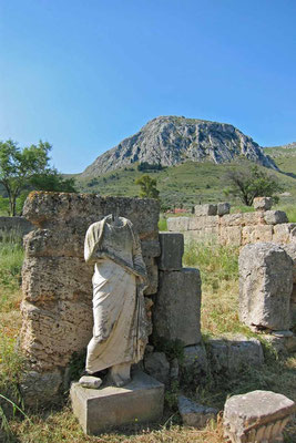 Antikes Korinth mit dem Berg Akrokorinth, Peloponnes