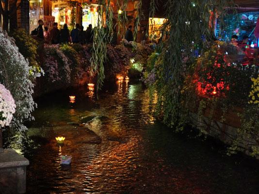 Lijiang Altstadt, Romantiker setzen Lichterschiffchen aus