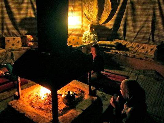 Vor dem Abendessen im Gemeinschaftszelt, Wadi Rum Jordanien