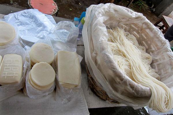 Reisnudeln auf dem Markt in Xizhou