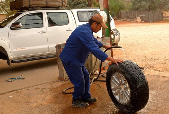 Reifenflicken in Twee Rivieren, Kgalagadi Transfrontier Park