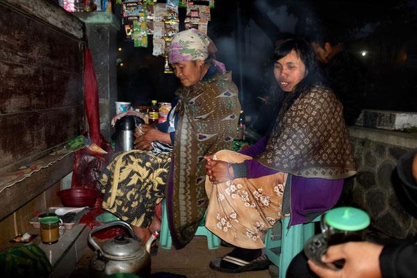 Tee-Kiosk. Mutter und Tochter im Mustermix bis Louis Vuitton