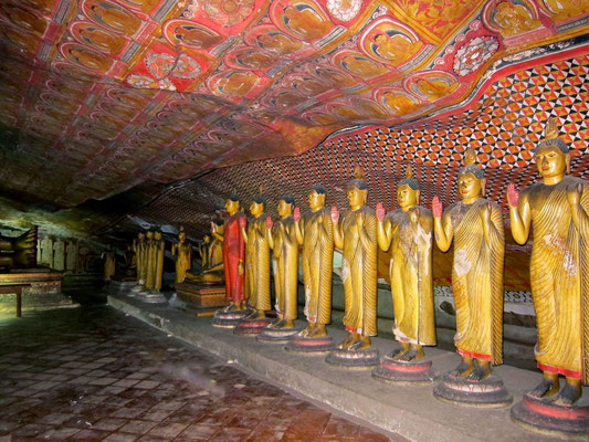 Buddhas im Dambulla Höhlentempel Sri Lanka