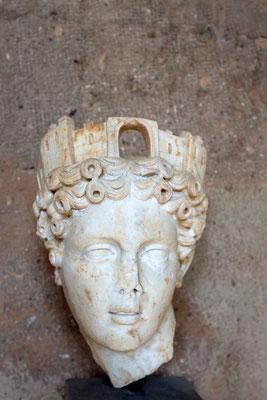 Kopf der Tyche mit Turmkrone für die Geschicke der Stadt, Archäologisches Museum Korinth