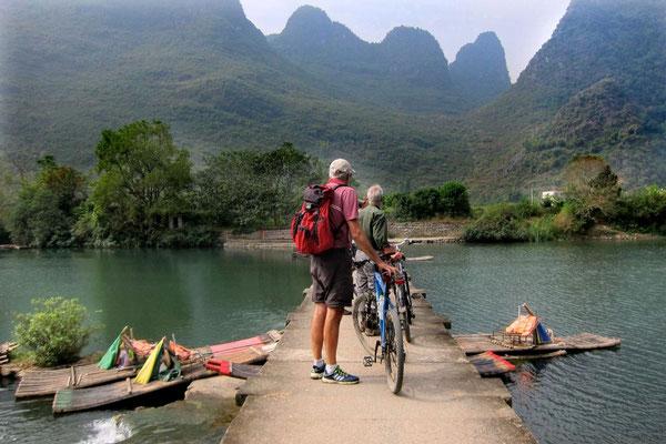 Eine der kleinen Brücken am Yulong Fluss, durch die die Flöße geschoben werden müssen