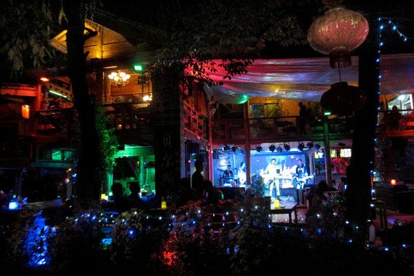 Lijiangs Altstadt-Zentrum wird in der Nacht zur Disco