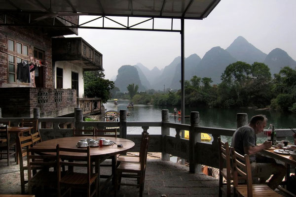 Bei der Dragon Bridge am Yulong Fluss laden einige Flussrestaurants zur Einkehr ein