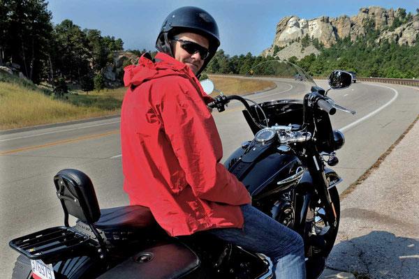 Mit der gemieteten Harley vor Mout Rushmore