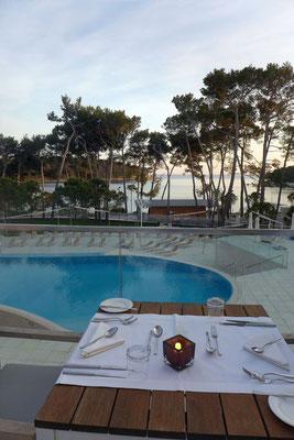 Bei schönem Wetter auf  der großen Restaurant-Terrasse – Hotel Bellevue Losinj