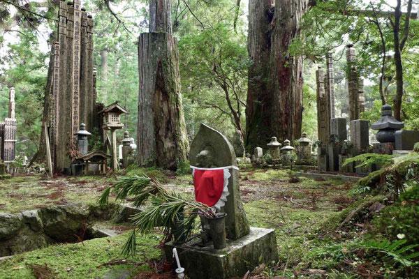 Okunoin Friedhof und Mausoleum von Kobo Daishi auf dem Tempelberg Koyasan