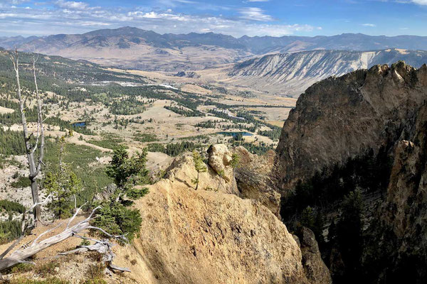 Cathedral Rock mit Blick auf Mammoth Hot Springs