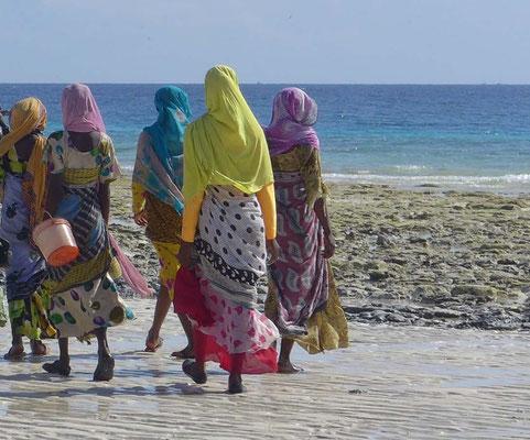 Auf Sansibar tragen die Frauen farbenfrohe Kangas