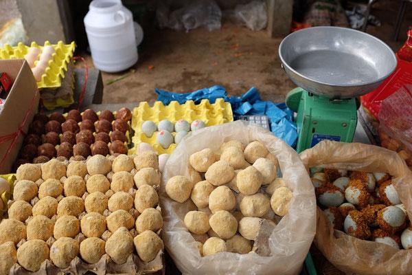 Alte und neue Eier auf dem Markt in Xizhou