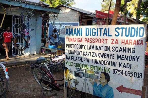 Die Werbeplakate in Mto wa Mbu sind handgemalt