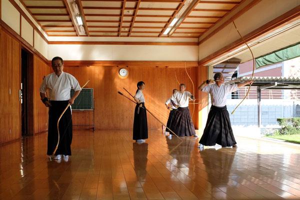Eine Verneigung vor dem Kaiser bevor der zeremoniellen Ablauf beginnt, Kyudo Training Budo Sportzentrum Kyoto