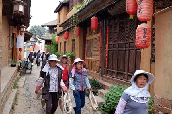 Morgens in Shaxi, der Frauentrupp auf dem Weg zur Baustelle