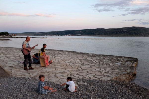 Sing a Song zum Sonnenuntergang an der Camping Bucht Plakenika