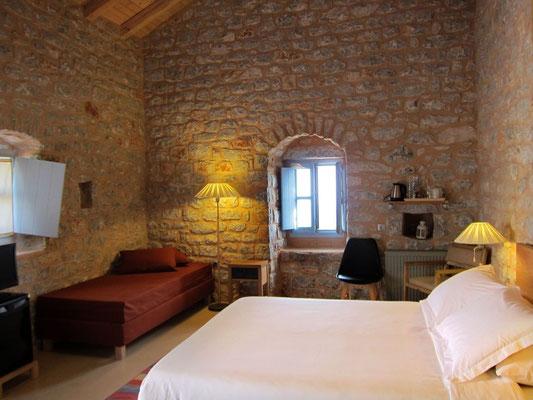 Unser Zimmer im alten restaurierten Turmhaus (Antares Hotel Areopoli)