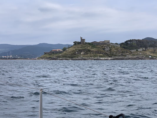 Abends in Muros einen Stopp eingelegt ... zum Schlafen ... deshalb keine Fotos ...hier dann die Festung bei der Einfahrt in die Bucht von Baiona ...