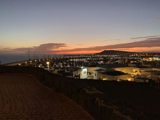 ... Blick über den Hafen Richtung Playa Blanca ...